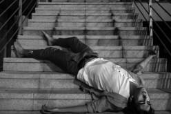 Bisogna portare le prove che le scale sono scivolose