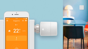 Il termostato smart di rado° collegato con l'app su uno smartphone