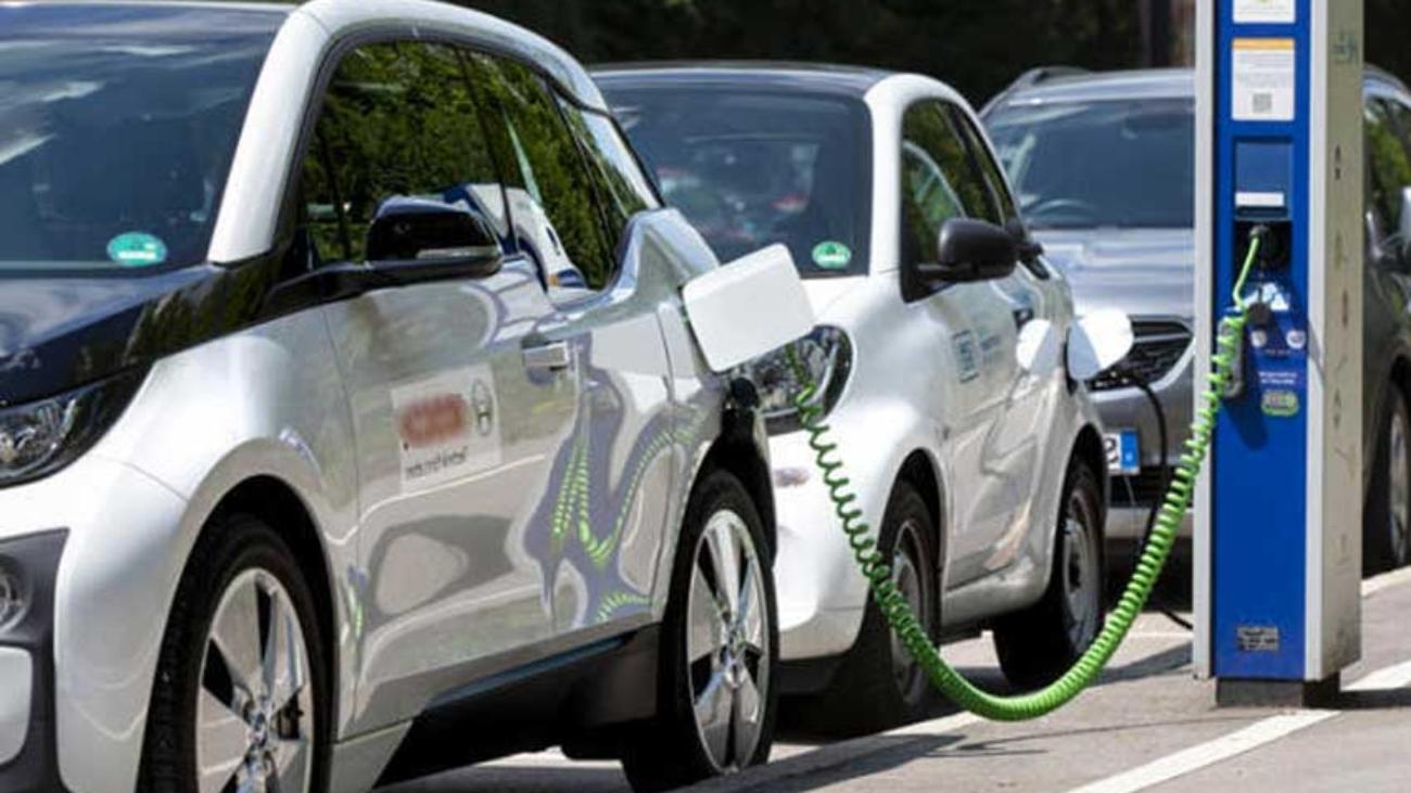 Auto elettriche in ricarica