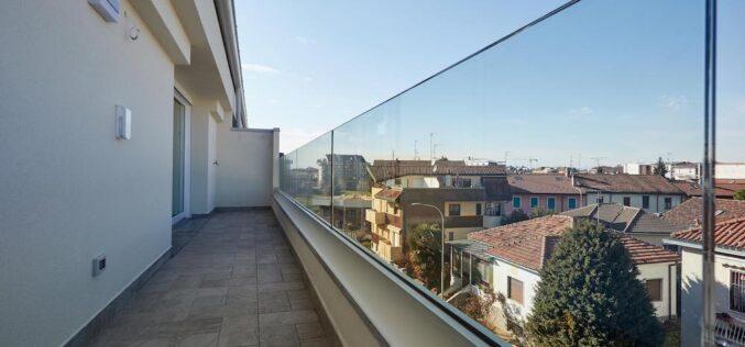 Condomini sicuri: parapetti garantiti con le balaustre in vetro Garda